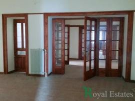 Rental independent listed building in Karytsi square Syntagma Athens